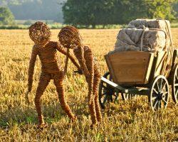 Kinder mit Bollerwagen
